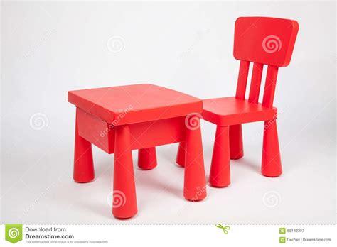 table et chaise pour enfants chaise et table pour des enfants dans la salle