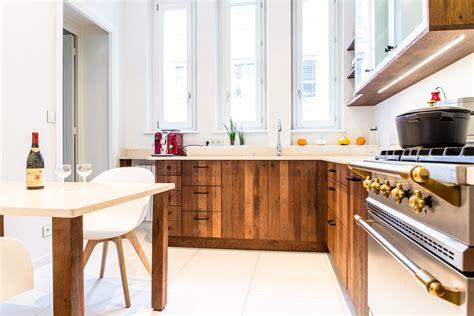 cuisine ch麩e massif cuisine en chêne massif à lames verticales en bois chauffé
