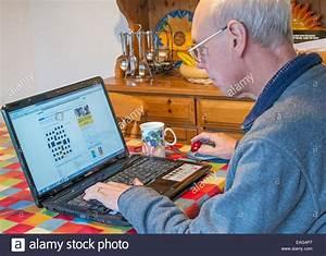 Ein Kunstleder Kreuzworträtsel : pensionierter mann l sen ein kreuzwortr tsel mit einem laptop stockfoto bild 75343023 alamy ~ Eleganceandgraceweddings.com Haus und Dekorationen