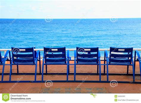 canne chaise blauwe lege stoelen op overzeese waterkant
