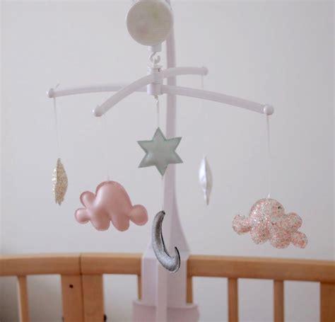 mobile nuage pour la chambre de bébé flo les mains