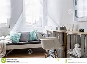 Schreibtisch Im Schlafzimmer : schreibtisch hergestellt von den holzkisten im stilvollen schlafzimmer stockfoto bild von ~ Eleganceandgraceweddings.com Haus und Dekorationen