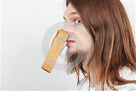 homme avec la pince 224 linge sur le nez photo stock image 68653131