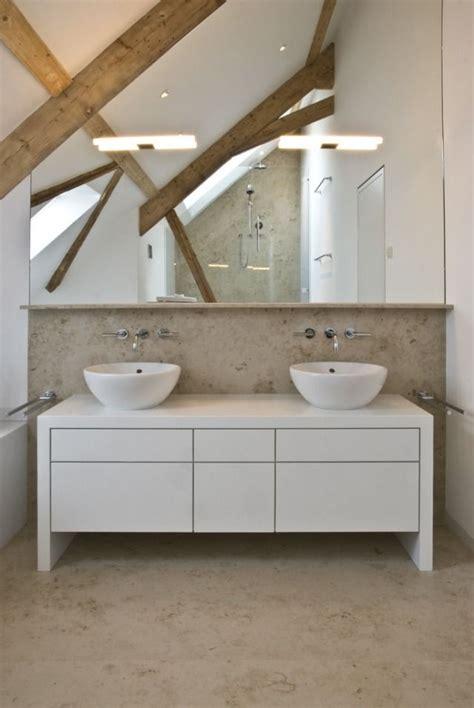 Kleine Badezimmer Unterschränke by Badezimmer Dachschr 228 Ge Holzbalken Spiegelwand Fliesen