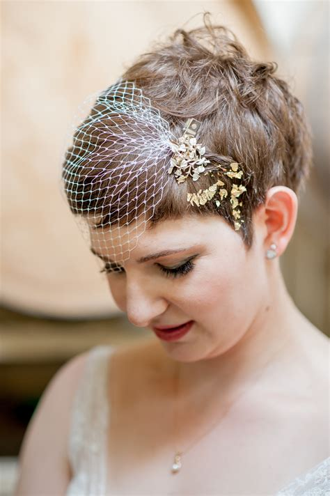 diy  gold leafed short hair style