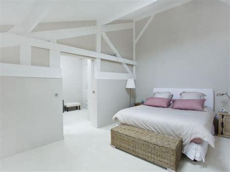 d馗oration chambre blanche chambre blanche et avec décorations en bois clair sous les toits décoration tables et roses