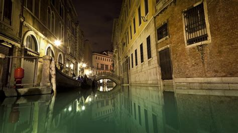 deep   canals  venice italy referencecom