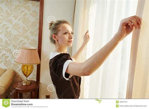 femme de chambre au service hôtelier photo stock image