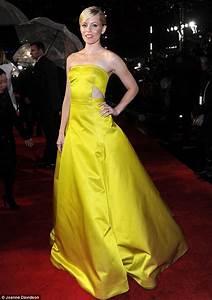 Elizabeth Banks brings colour to rainy Hunger Games ...
