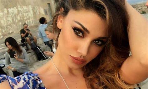 belen rodriguez hot bacio lesbo paparazzato blog