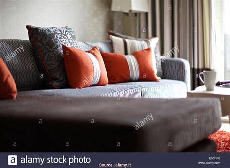 Migliore 5 Cuscini Su Divano Arancione