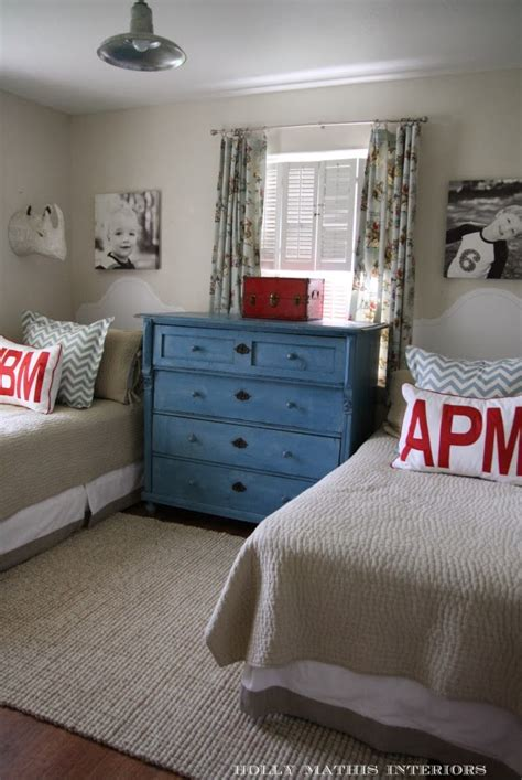 You can also choose colors that clash to make the room more unique, for example mixing red, gray, and white to complete the decor. The How-To Crew: 10 Cute Shared Boys Bedroom Ideas - A ...