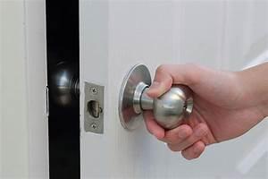 Comment ouvrir une porte claquée avec une radio ? Serrurier Paris Express