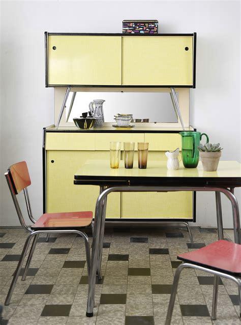 cuisine vintage formica buffet et table de cuisine en formica jaune ées 1960