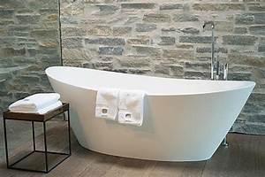 Bilder Freistehende Badewanne : bild freistehende badewanne im zimmer mit oberlicht zu designhotel wiesergut in saalbach ~ Bigdaddyawards.com Haus und Dekorationen