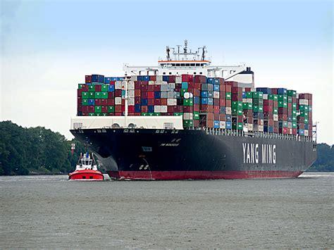 """Das containerschiff """"mv ever given hat sich im suezkanal quer gelegt. Containerschiff mit Lotsenboot Foto & Bild   hamburg ..."""
