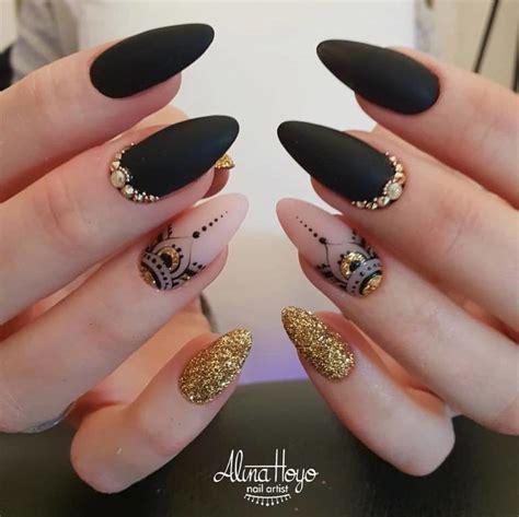 Los diseños de uñas con diamentes o piedras de cristal brillante y de colores, esmeraldas, rubies, zafiros. Uñas negras 2020 - Tendenzias.com