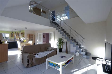 chambre du vide escalier moderne vide sur séjour plafond cathédrale le volume habité est métamorphosé