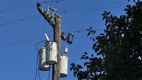 thousands lose power  east portland pge replacing wire
