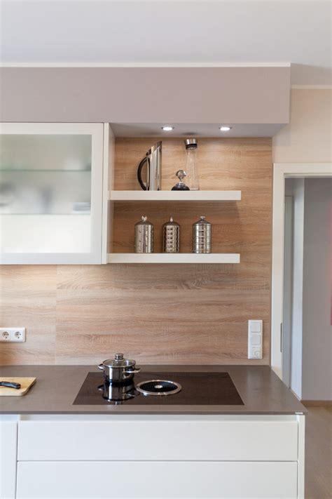 Weiße Küche Mit Holzrückwand Lechner Arbeitsplatte Und