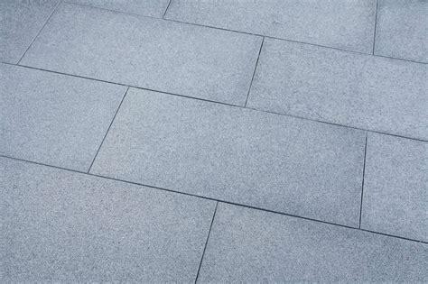 terrassenplatten granit günstig terrassenplatten granit anthrazit geflammt naturstein baumaterial