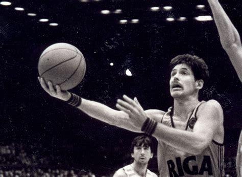 Pasaules čempions Valdis Valters uzņemts FIBA Slavas zālē ...