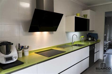 cocina blanca  encimera verde fun cocinas suarco fabrica  diseno de cocinas