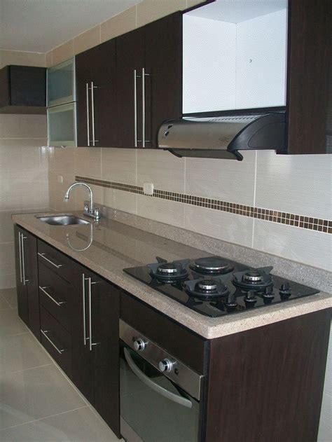 cocina integral enchapada en formica color wengue estufa