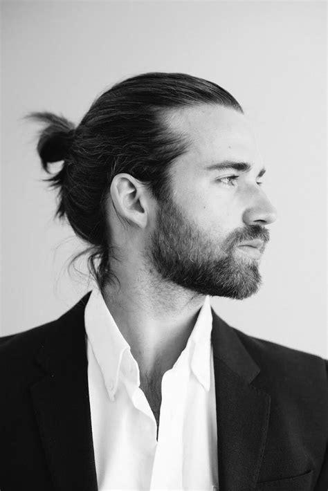 coiffure homme cheveux chignon pour homme ces coupes de cheveux pour hommes qui nous s 233 duisent