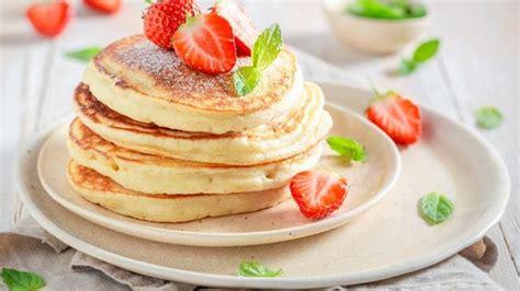 Terutama jika dihidangkan memakai sirup, selai, atau mentega di atasnya menjadikannya terlihat lezat dan nikmat. Resep Pancake Teflon, Lembut dan Enak Pakai Saus Stroberi