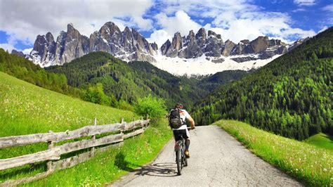 Ciclismo en los Montes Dolomitas norte de Italia