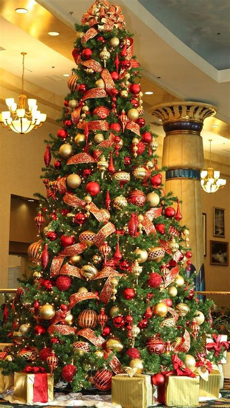 gold and red decorated christmas trees and gold tree decoration ideas that are actually brilliant