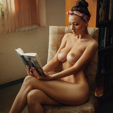 Beautiful Brunette With Full Breasts Alterno