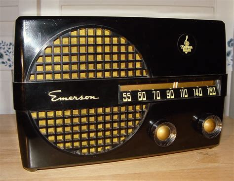 Emerson Model 652 Bakelite Table Radio (1950)