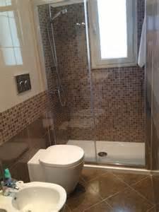 small ensuite bathroom design ideas bagno con doccia in mosaico sotto finestra
