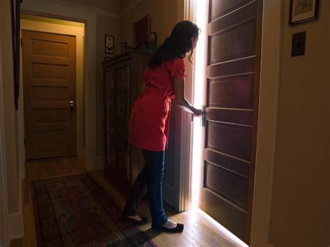 Resultado de imagen de mujer mirando una puerta