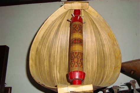 Alat musik tradisional ini berasal dari payakumbuh dengan bentuk yang tidak jauh berbeda dengan alat musik talempong biasa. Sasando, Alat Musik Petik yang Unik