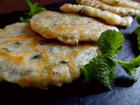 cuisiner les oignons recette des kremidotiganites crêpes oignons menthe grèce