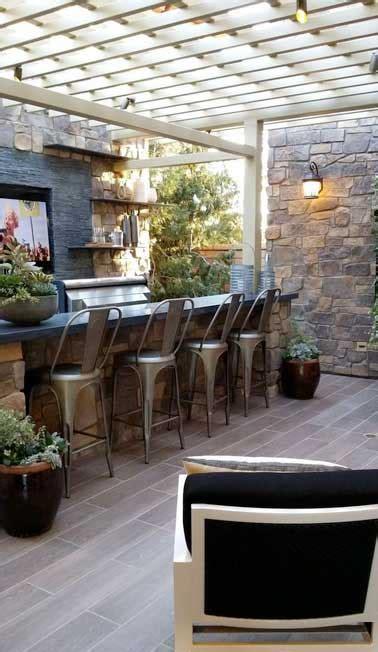 la cuisine d et cuisine d été sous pergola avec murs en pierres naturelles