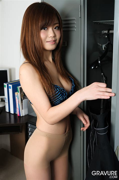 Nao Shiraishi Goes Naked And Shows Shaved Pussy In An Office Uncensored Gravure