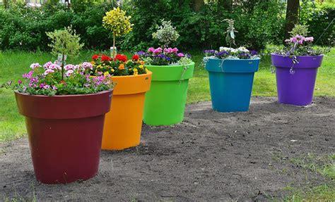 de la couleur avec les pots de fleurs et jardini 232 res en plastique design