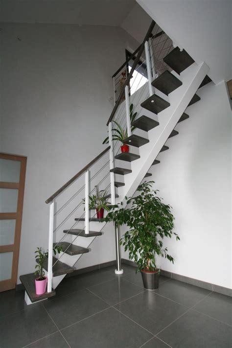 cr 233 ation originale des escaliers potier limon central en bois laqu 233 blanc marches et