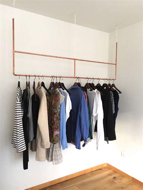 kledingrek schuine wand woonvondst koperen kledingrek interior junkie