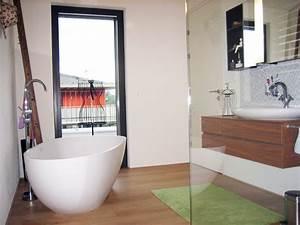 Kleines Bad Dusche : kleines badezimmer mit der freistehenden badewanne luino ~ Markanthonyermac.com Haus und Dekorationen