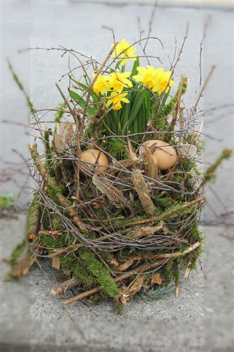 deko ostern selber machen osterdeko mit moos 228 sten mit narzissenpflanze do it you self nat 252 rliche dekorationen selber