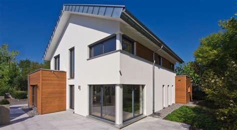 Modernes Haus Weiße Fenster by Bodentiefe Fenster Im Wohnzimmer Mit Blick Richtung Garten