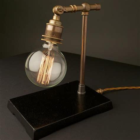 een vintage doch industriele lamp voor op het bureau
