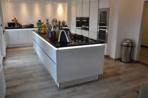 designer profi küche kochinsel weiss mit dunkler arbeitsplatte fliesen in holzoptik - Designer Küche