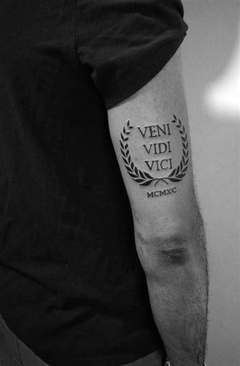 kleine tattoo designs fuer maenner mit tiefen bedeutungen