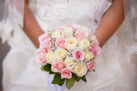 fresh wedding flowers   season wedding advice uk